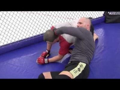 Double leg takedown contre la cage et étranglement D'arce (D'arce choke)