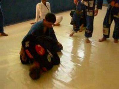 Renversement quand l'opposant est très stable sur ses genoux (français)